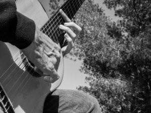 Foto blanco y negro de Martí Batalla tocando la guitarra.