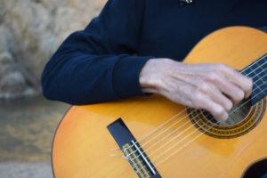 Primer plano de la mano y la guitarra de Martí Batalla.