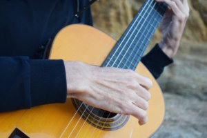 Vista de la guitarra y la mano de Martí Batalla.