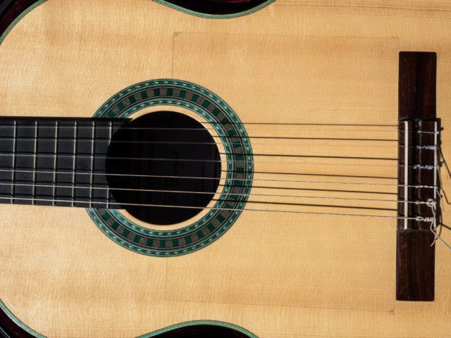 Primer pla de la guitarra de Martí Batalla.