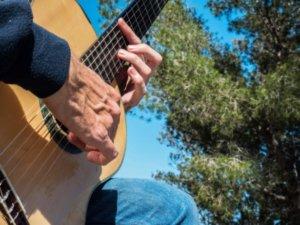 Vista de la guitarra i la mà de Martí Batalla.