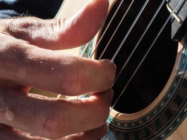Primer pla dels dits de Martí Batalla prement les cordes de la seva guitarra.